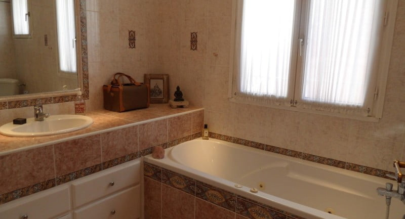 fontaine-claviers-provence-villa-rental-bathroom-lower
